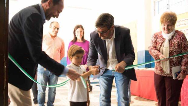 El alcalde de Utrera y un alumno del colegio inaugurando las jornadas culturales