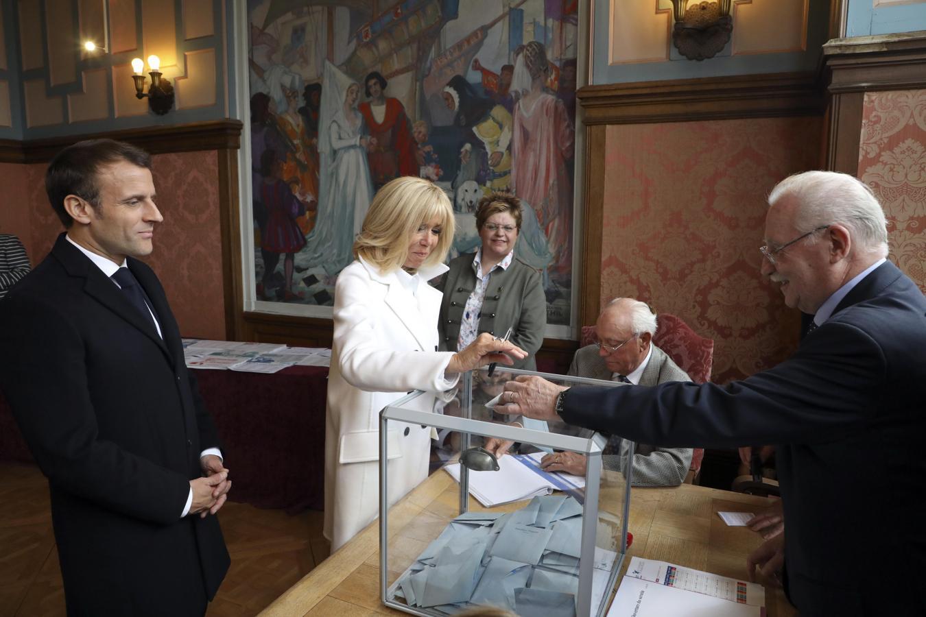 El presidente de Francia, Emmanuel Macron, ejerce su derecho al voto