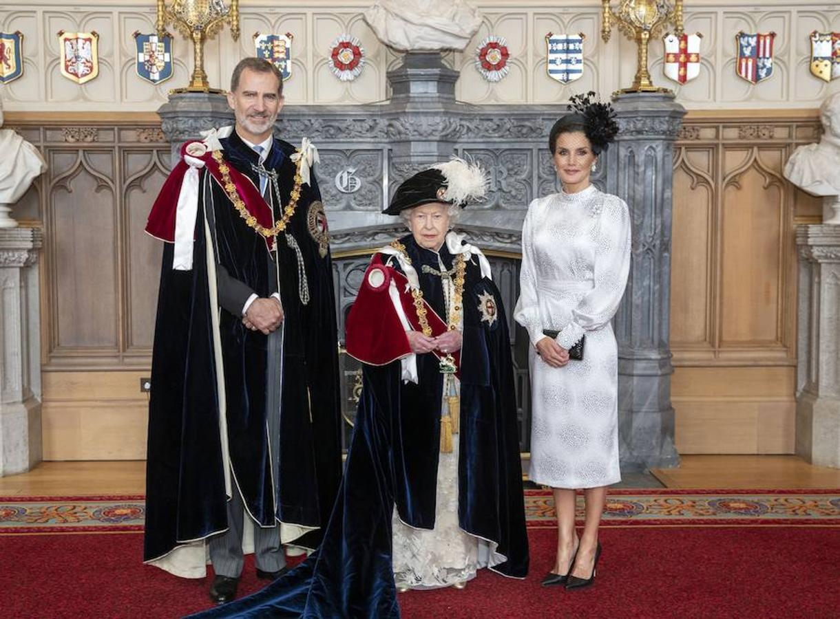 Don Felipe posa junto a la Reina Isabel II y la Reina Letizia tras ser investido caballero de la Orden de la Jarretera, la máxima distinción del Reino Unido