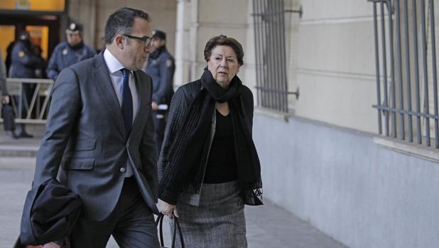 La exconsejera de Hacienda Magdalena Álvarez, acompañada de su letrado, en el juicio