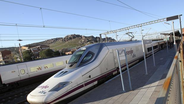 Un tren AVE en la línea de Córdoba a Madrid