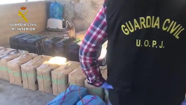 Un agente de la Guardia Civil, ante parte de la droga intervenida en esta operación