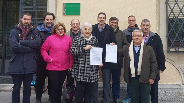 Miembros de la plataforma Jaén Merece Más tras registrar la petición de un encuentro con Juanma Moreno