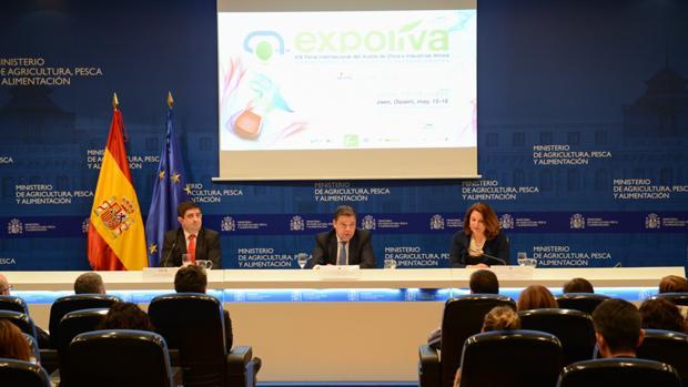 El ministro de Agricultura, Luis Planas, junto a Carmen Crespo y Francisco Reyes, durante la presentación