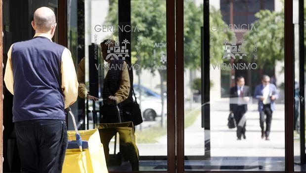 Un cartero entra a la sede de la Gerencia Municipal de Urbanismo de Córdoba