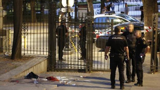 Efectivos policiales, en el lugar de los hechos, junto a los Jardines del Triunfo de Granada.
