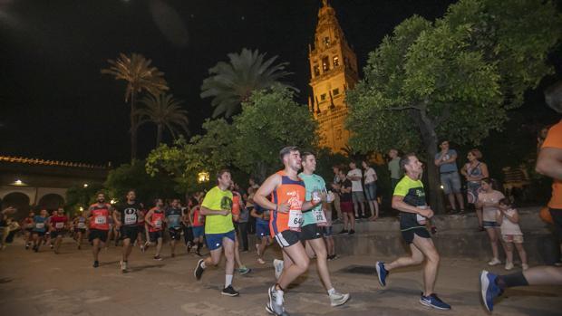 Centenares de corredores pasan por el Patio de los Naranjos en la Noctura Trotacalles de Córdoba