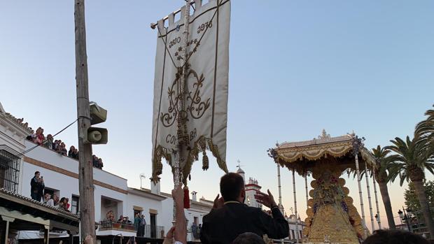 La hermandad del Rocío de Córdoba se presenta ante la Virgen del Rocío en la aldea almonteña