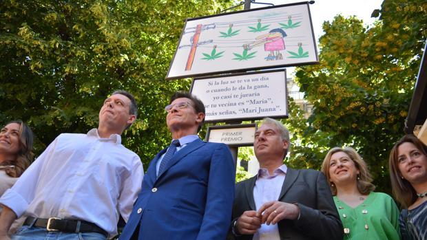 El alcalde de Granada, Luis Salvador, junto al autor de la caroca ganadora en el Corpus de Granada.