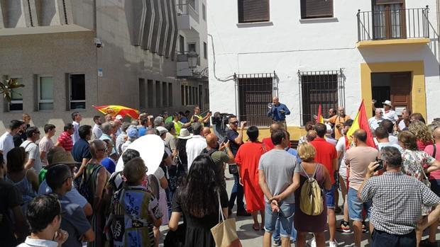 Un centenar de personas ha acudido a la concentración de VOX en Roquetas de Mar.