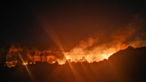 Desalojados medio centenar de vecinos en Marchal tras un incendio forestal