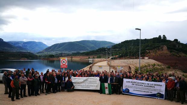 Agricultores exigen riegos ante la presa de Siles