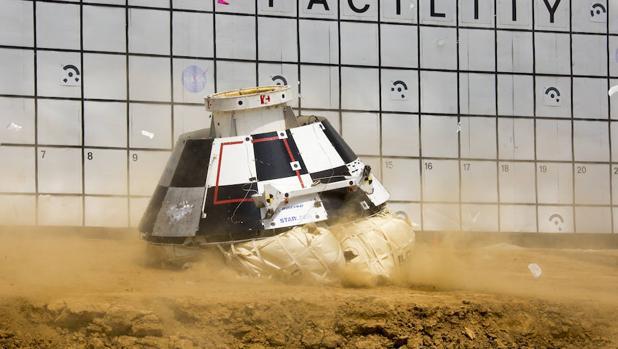 Seis grandes airbags tienen que amortiguar el impacto de la cápsula, de 13 toneladas de peso