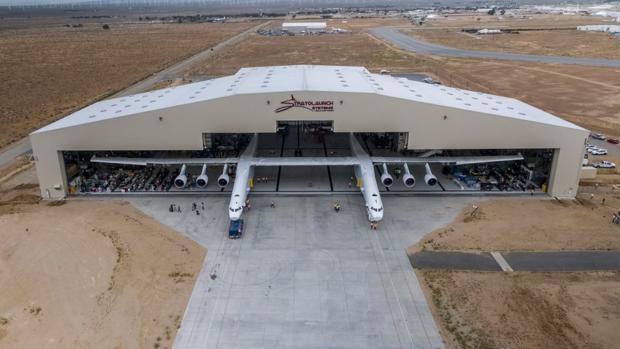 El Stratolaunch sale del hangar en Mojave, California