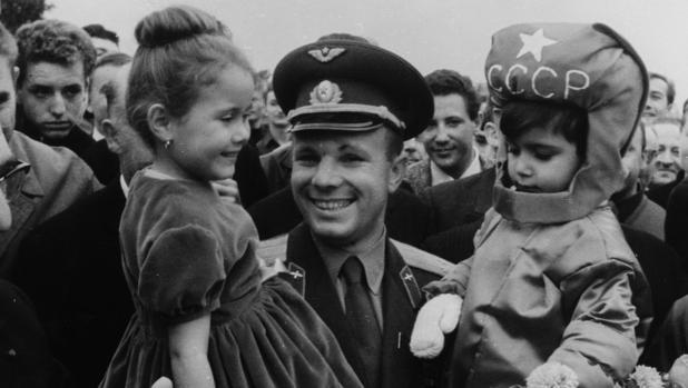 Yuri Gagarin, con sus hijas