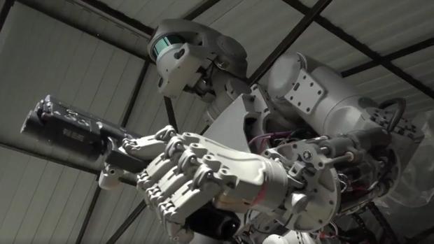 Robot FEDOR, «Final Experimental Demonstration Object Research», portando un arma