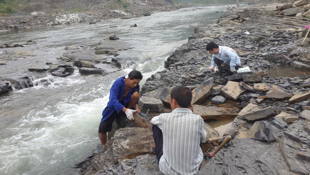 Investigadores trabajan en el yacimiento junto al río Danshui, en China
