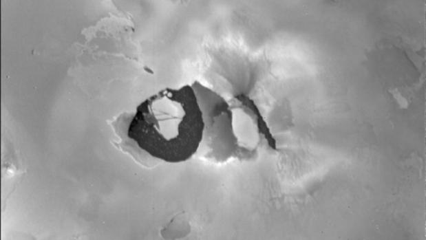 Esta imagen de la Voyager 1 muestra el volcán Loki en la luna Io