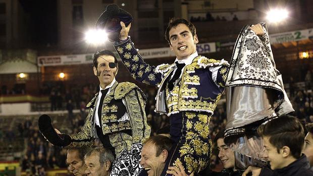 Juan José Padilla y Vicente Soler salen a hombros durante la corrida de la Feria de la Magdalena