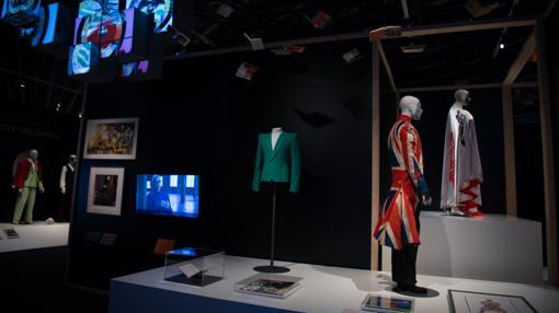 La muestra exhibe algunas de las piezas de vestuario más icónicas de Bowie