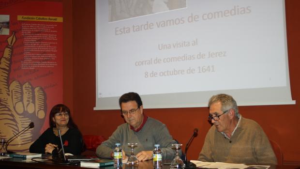 Juan Salguero, junto a Elisa Constanza y José Mª Pérez, en la Fundación CaballeroBonald