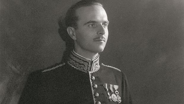 Ángel Sanz Briz, con su uniforme del cuerpo diplomático
