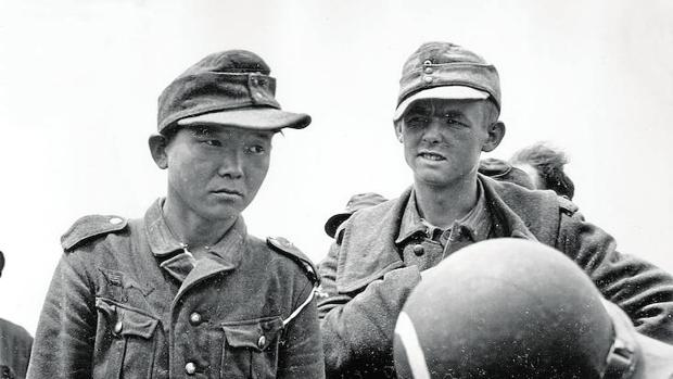 El soldado coreano Kyoungyong con uniforme de la Wehrmacht