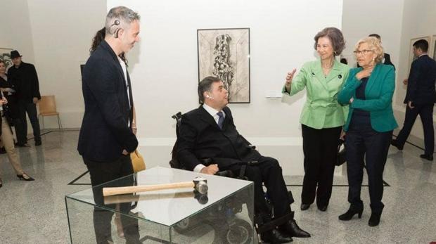 Juan Isaac Silva, Jesús Hernández, la Reina emérita Sofía y Manuela Carmena, con la obra 'Martillo, yunque y estribo'