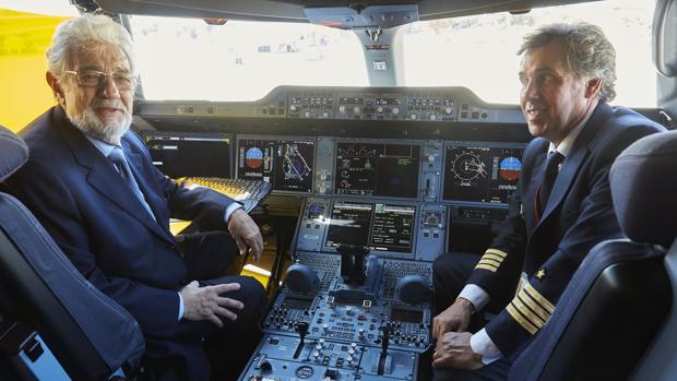 Plácido Domingo, en la cabina del avión que lleva su nombre, junto con el comandante Alfonso Ausín