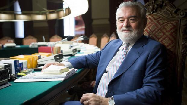 Darío Villanueva, en el salón de plenos de la RAE