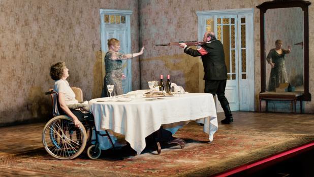 Marta Angelats, Mercè Aranega y Pep Cruz, en una escena de «Ante la jubilación»