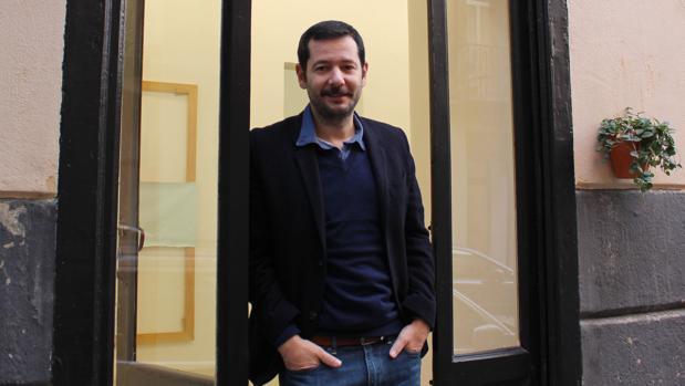 Sebastián Rosselló posa en la puerta de su galería