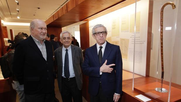 De Lecea Machado, Rodríguez Almodóvar y Medel, junto al bastón de Antonio Machado