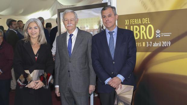 Eduardo Mendoza, entre la consejera Patricia del Pozo y el alcalde José Luis Sanz