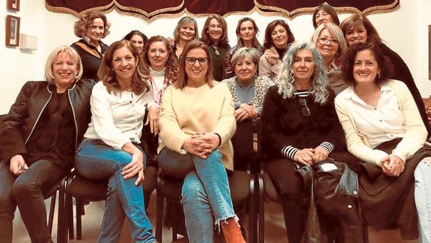 Las pintoras de Ayamonte, veintiuna, que se han reunido en torno a Sorolla para rendirle homenaje