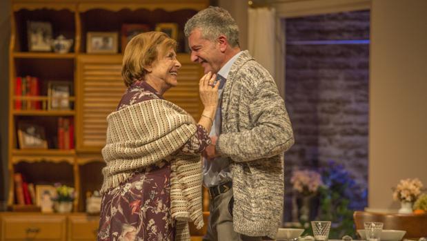 María Luisa Merlo y Jesús Cisneros, en una escena de «Conversaciones con mamá»