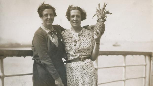 Victorina Durán y María del Carmen Vernacci, en la cubierta del «Lipari» que les condujo al exilio en Buenos Aires