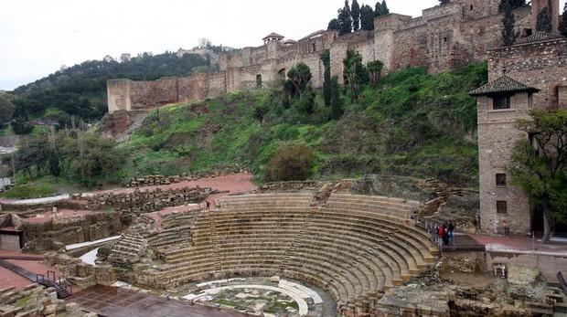 Teatro romano de Málaga con la Alcazaba arriba