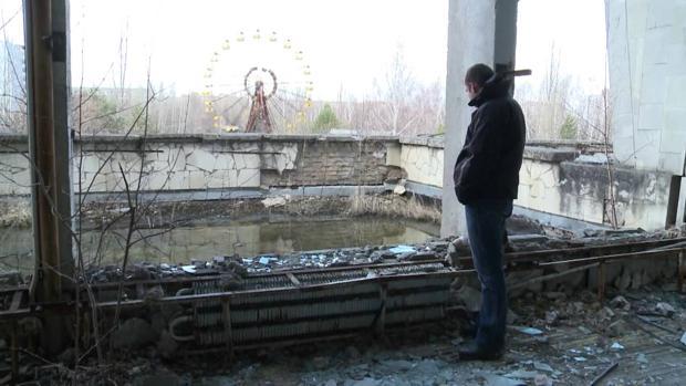 Un turista visita Chernóbil