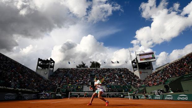Jelena Ostapenko, durante su partido ayer en la Suzanne Lenglen