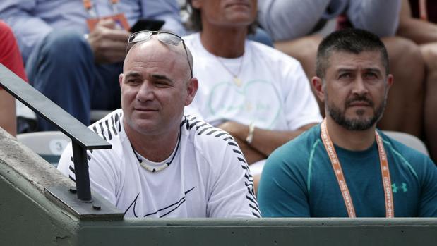 Agassi, durante un partido de Djokovic en Roland Garros