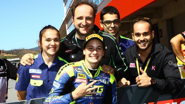 Ana Carrasco celebra la victoria con su equipo en Portimao