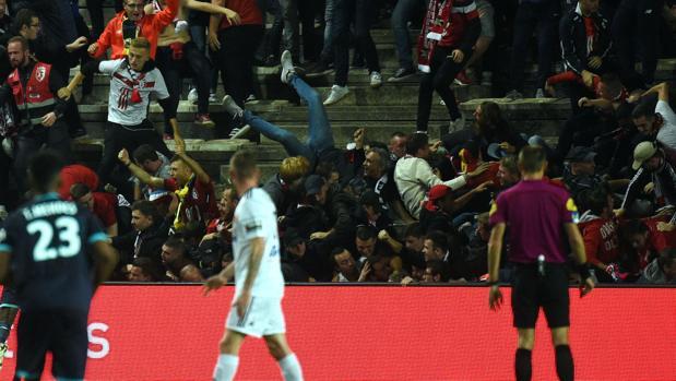 Momento en el que ha cedido la valla en el Amiens-Lille