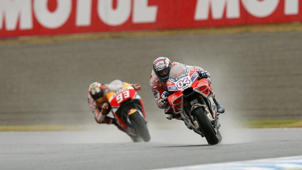 Dovizioso, por delante de Márquez, en Japón