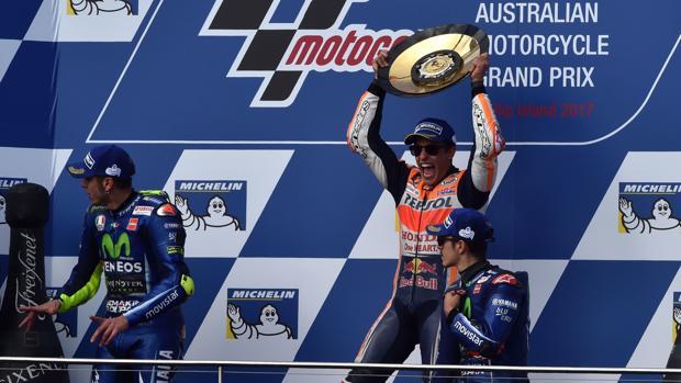 Marc Márquez celebra la victoria en el podio