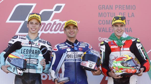 Marcos Ramirez (a la derecha), en el podio de Moto 3, en Cheste, junto a Martín y Mir.
