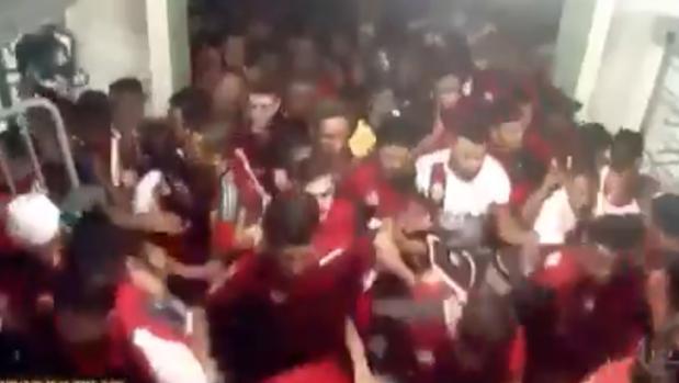 Avalancha de aficionados del Flamengo en el estadio Maracaná
