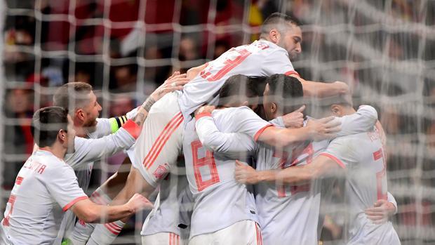 Los jugadores de la selección española celebran el sexto gol contra Argentina
