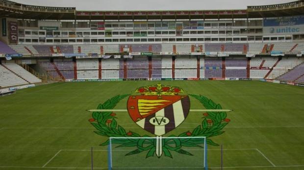 Montaje del escudo del Real Valladolid sobre la hierba del Estadio José Zorrilla