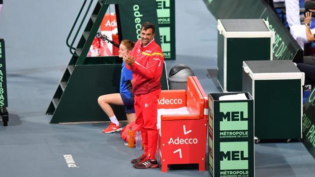Sergi Bruguera aplaude a Marcel Granollers en el último punto de la semifinal
